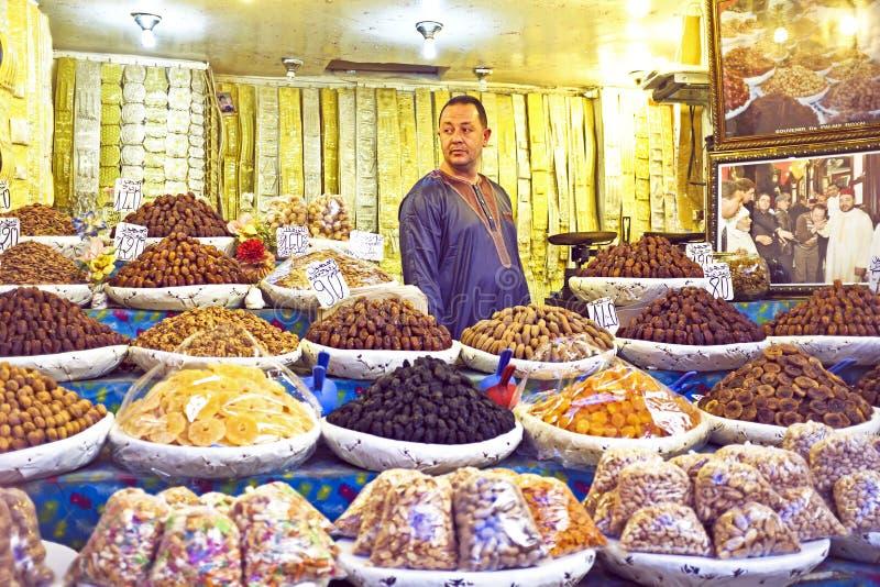 Den torkade köpmannen är att sälja - frukt royaltyfria foton