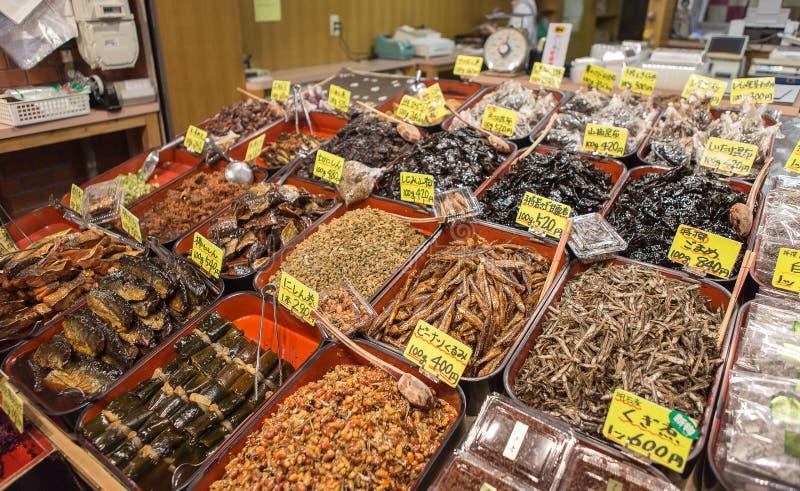 Den torra fisken shoppar i den Nishiki marknaden arkivbilder