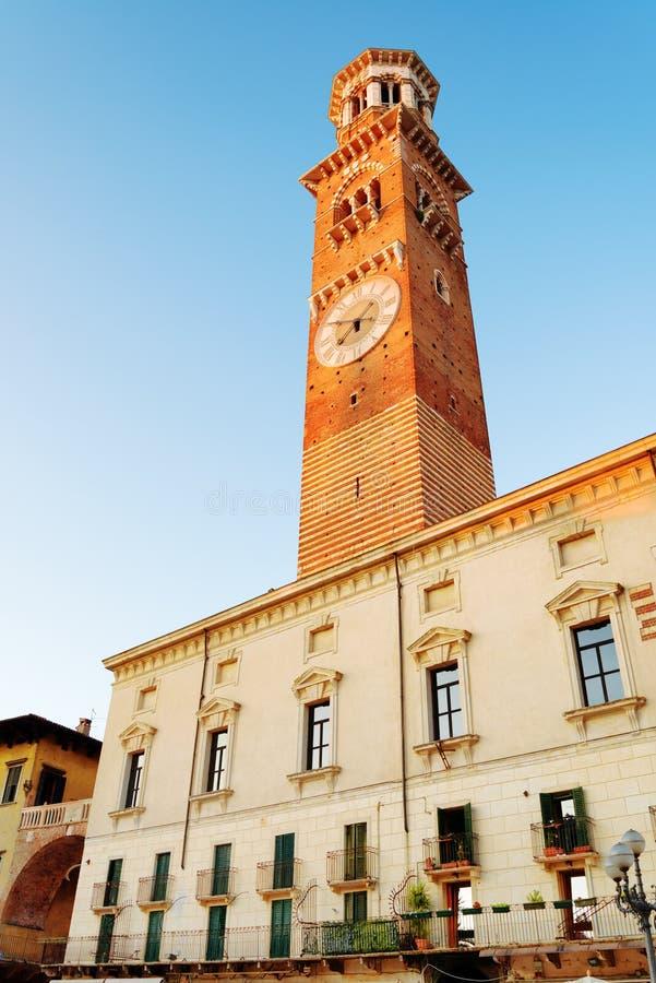 Den Torre deien Lamberti är ett klockatorn i Verona, Italien royaltyfri foto