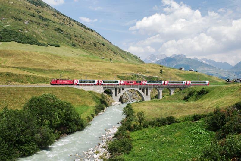 Den Touristic glaciären uttrycker i sommar i Schweiz arkivfoton