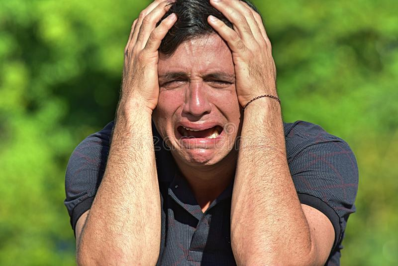 Den Tränen nah erwachsener Mann stockbild