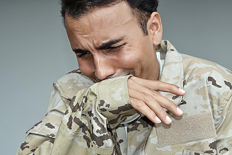 Den Tränen nah hispanischer männlicher Soldat stockbilder