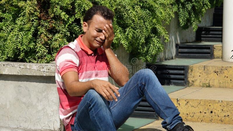 Den Tränen nah kolumbianischer Mann stockfoto