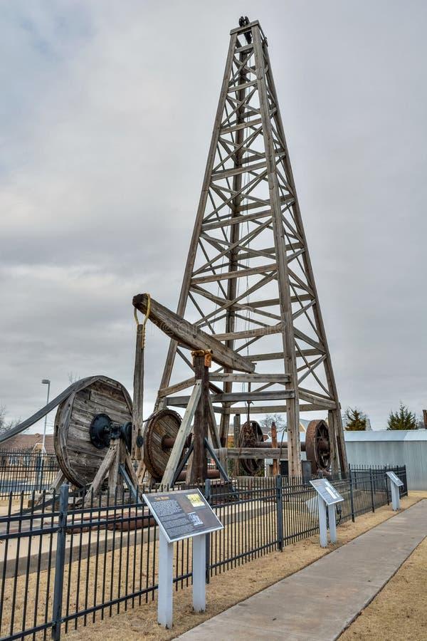 Den träriggen för kabelhjälpmedelborrande som lokaliseras i Devon Oil och gasutforskning, parkerar i Oklahoma City som är reko arkivbild