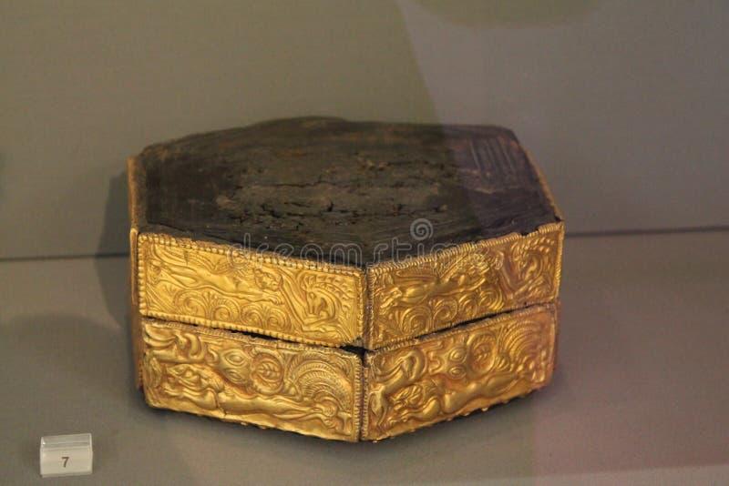 Den träsexhörniga pyxisen dekorerade med guld- plattor för repousse i Atenmuseum av Arheology arkivbild