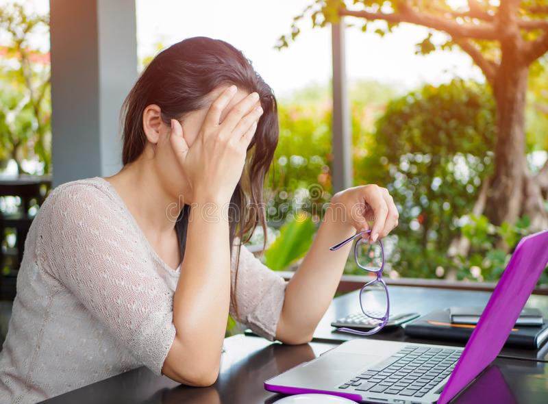 Den trötta affärskvinnan har huvudvärk från kontorssyndrom arkivbild