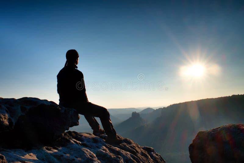 Den trötta fotvandraren tar en vila i natur Bergtoppmöte ovanför skog i dalen Att resa i europeiskt naturligt parkerar royaltyfri foto