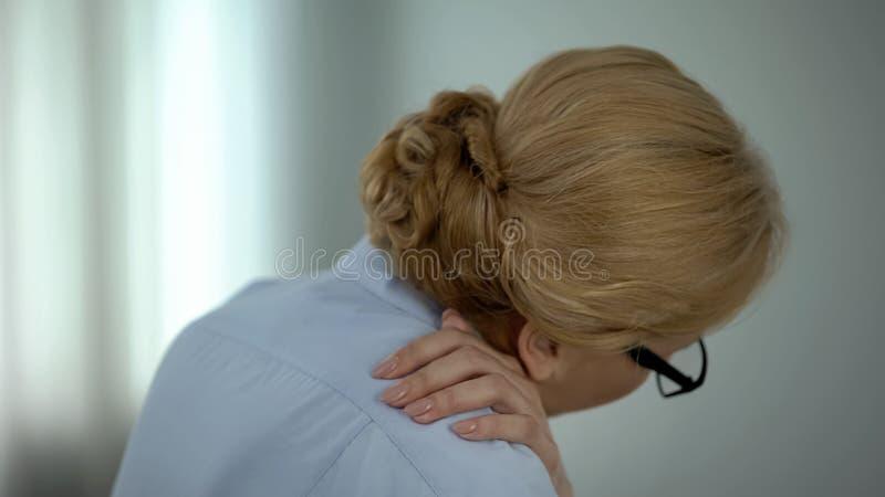 Den trötta känsliga skuldran för affärskvinnan smärtar, nervinflammation, hälsovård royaltyfri bild