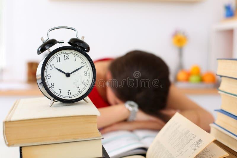 Den trötta kvinnliga studenten på arbetsplatsen, i att ta för rum, ta sig en tupplur royaltyfria foton