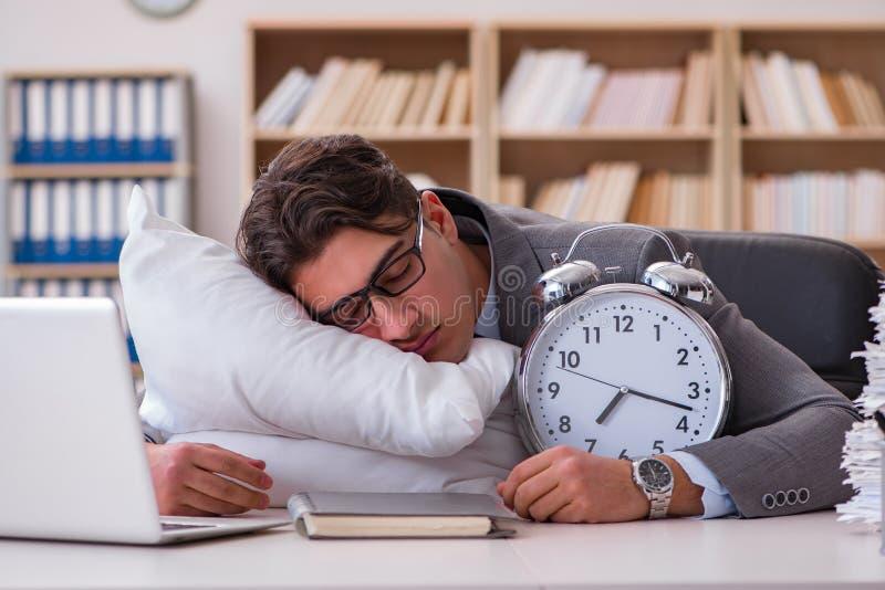 Den trötta mannen som hemma sover ha för mycket arbete arkivbilder