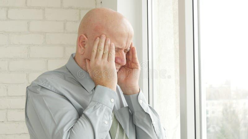 Den tröttade affärsmannen Suffering en stor huvudvärk för migrän som störer, smärtar på huvudet royaltyfri bild