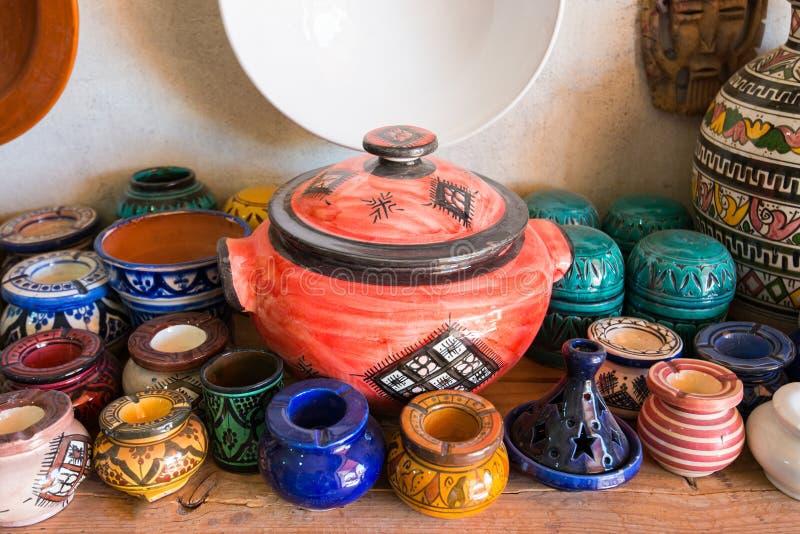 Den traditionella arabiskan handcrafted, färgrikt dekorerat keramiskt till salu på marknaden i Marrakesh royaltyfri foto