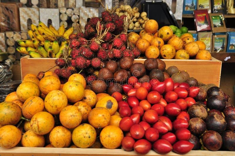 Den traditionella asiatet bär frukt på marknaden royaltyfri foto