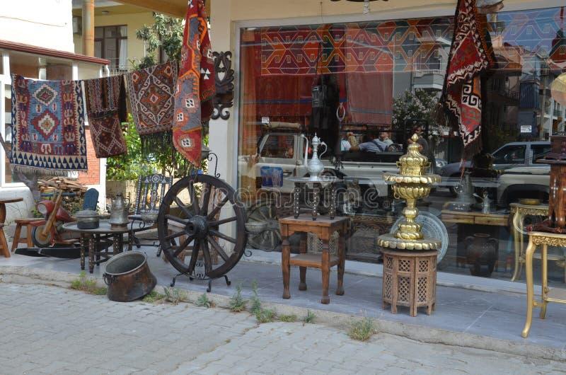 Den traditionella autentiska turkiska souvenir shoppar, en bänk i den gamla staden royaltyfri fotografi
