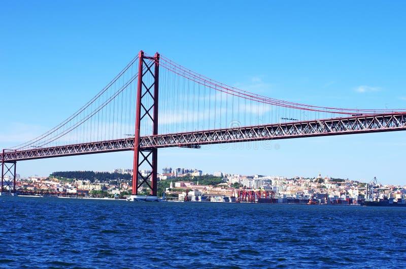 Den traditionella bron över floden tagus (tejoen) fotografering för bildbyråer