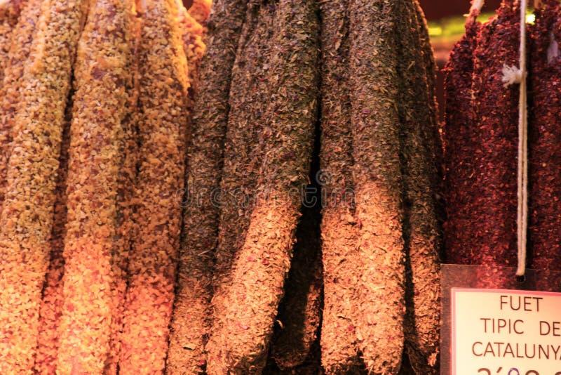 Den traditionella Catalan korven 'Fuet 'i kryddor, olika typer av korvar i bönderna marknadsför, försäljningen av lokala köttprod fotografering för bildbyråer