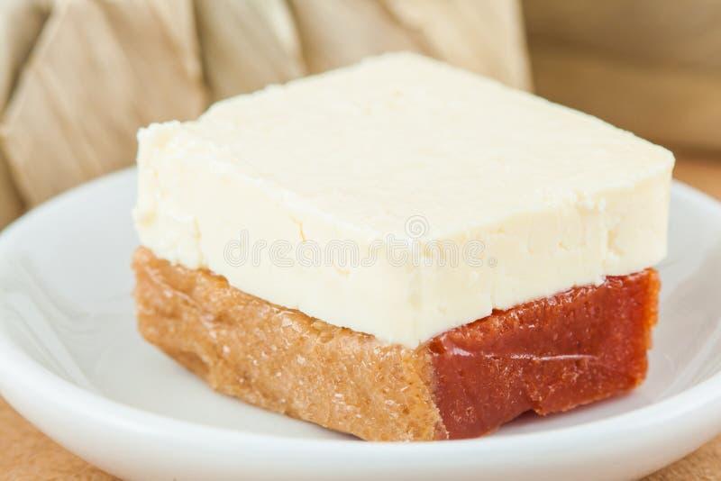 Den traditionella colombianska sötsaken som kallades Bocadillo, tjänade som med ost fotografering för bildbyråer