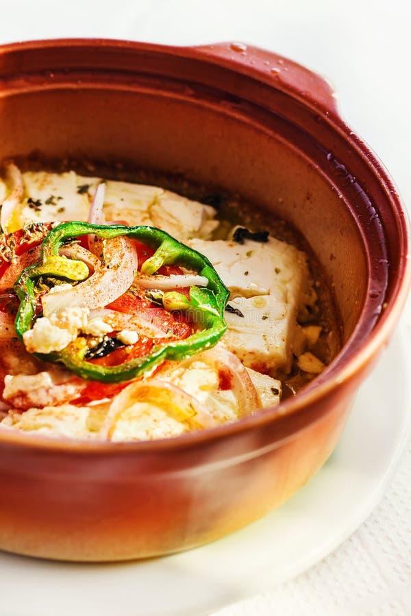 Den traditionella grekiska ugnen bakade fetaost med örter och veggies arkivbild