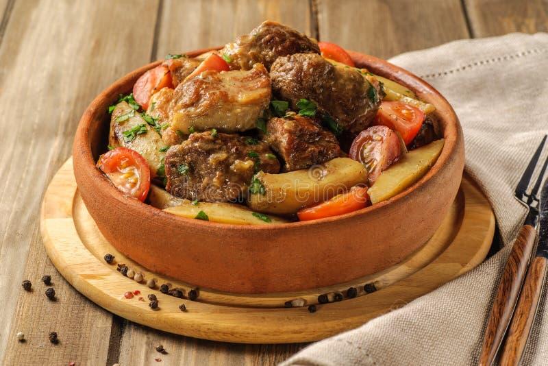 Den traditionella griskött- och potatismaträtten arkivbilder