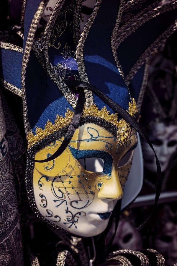 Den traditionella härliga Venetian maskeringen för deltagande i karnevalet royaltyfria bilder