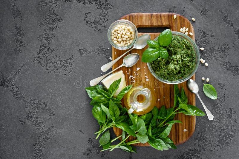 Den traditionella italienska pestoallaen som är genovese med nya basilikasidor, sörjer mutter-, olivolja-, vitlök- och parmesanos royaltyfri bild