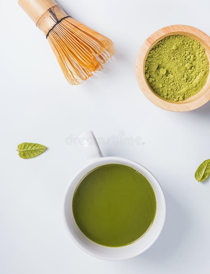 Den traditionella japanska matchaen för grönt te i en kopp, viftar och pudrar royaltyfri bild
