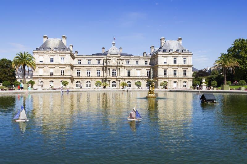 Den traditionella lilla träsegelbåten i dammet av parkerar Jardin royaltyfria foton