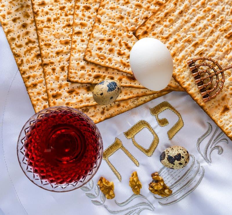 Den traditionella matmatzahen, ägg och drinken av rött vin för judisk påskhögtid semestrar royaltyfri bild