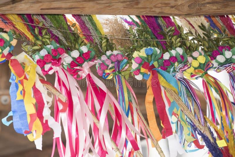 Den traditionella polska påskpalmsöndagen blommar med nätt papper royaltyfri bild