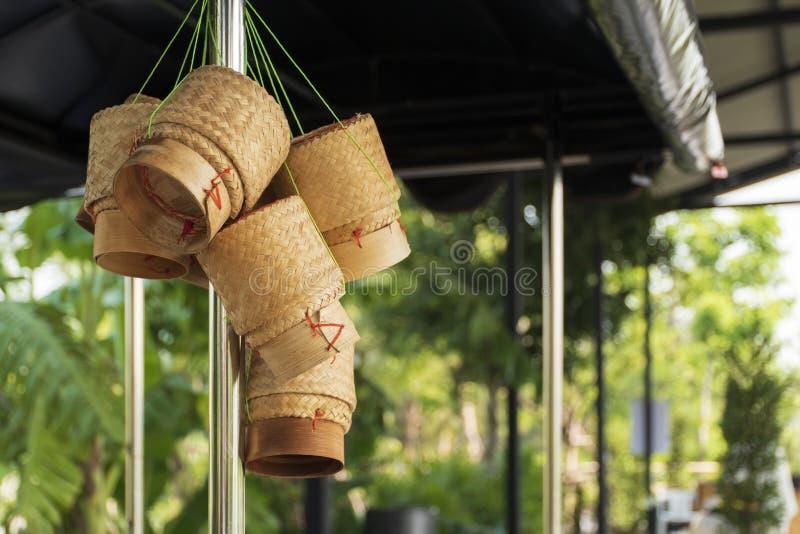 Den traditionella risasken kallas det Kratip, behållaren för klibbiga ris som göras från bambu, Thailand arkivbild