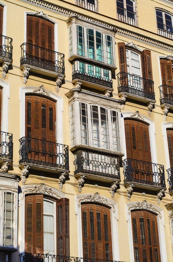 Den traditionella spanjoren stängde med fönsterluckor Windows i elegant bostads- byggnad royaltyfria foton
