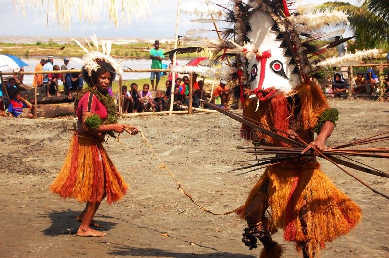 Den traditionella dansen maskerar festival royaltyfria bilder