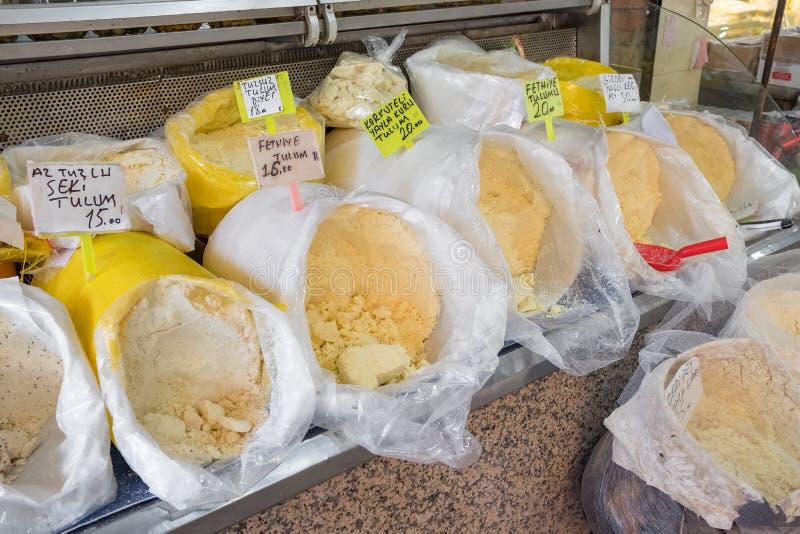 Den traditionella turkiska geten mjölkar den ostTulum peynirien royaltyfri bild