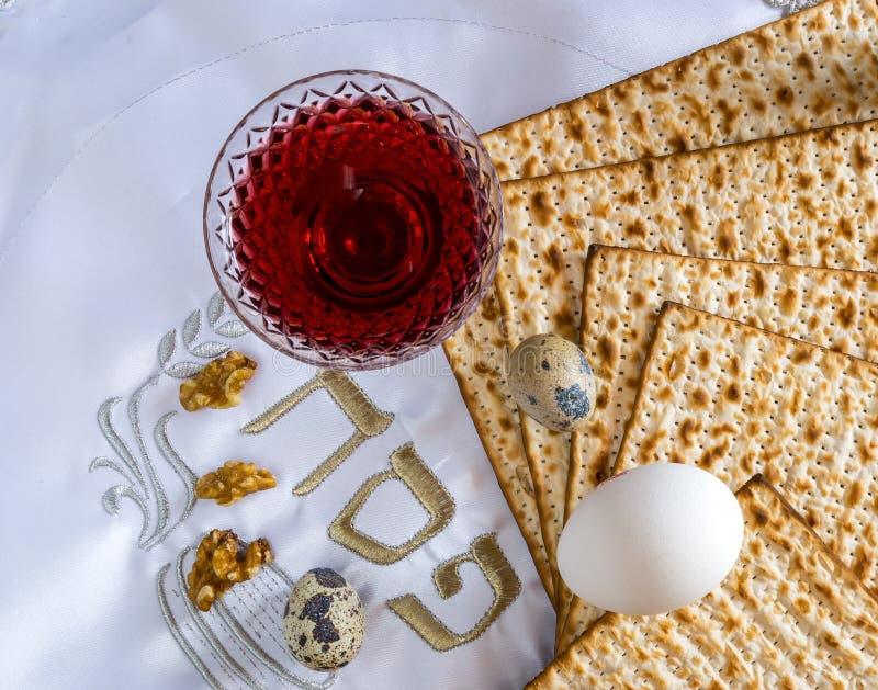Den traditionellt matmatzahen, ägg och drinkrött vin för judisk påskhögtid semestrar royaltyfria foton