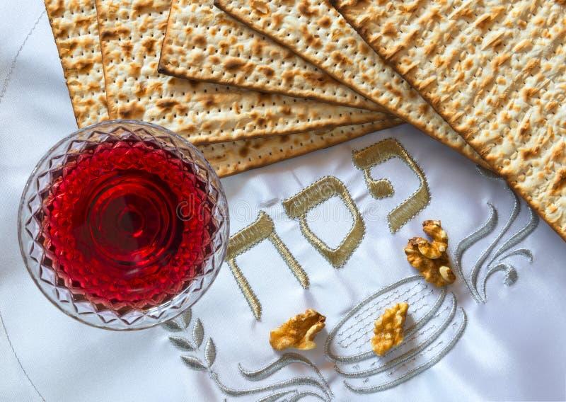 Den traditionellt matmatzahen och drinkrött vin för judisk påskhögtid semestrar royaltyfria foton