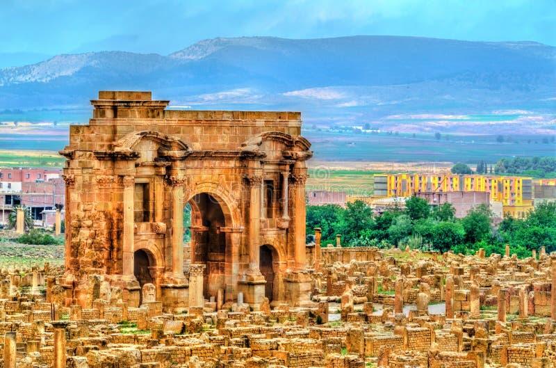 Den Trajan bågen inom fördärvar av Timgad i Algeriet royaltyfri foto