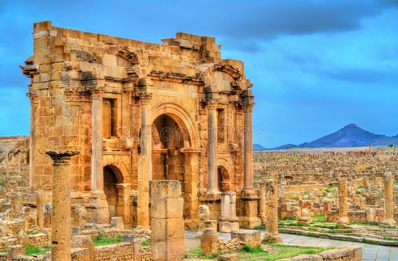 Den Trajan bågen inom fördärvar av Timgad i Algeriet arkivfoto