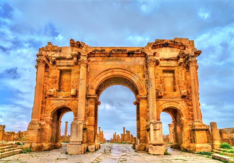 Den Trajan bågen inom fördärvar av Timgad i Algeriet royaltyfria bilder
