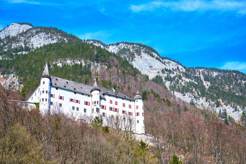 Den Tratzberg slotten ?r en slott i Jenbach, Tyrol, ?sterrike arkivfoton