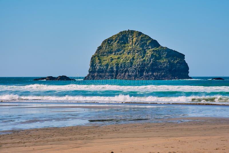 Den Trebarwith stranden är en härlig stor strand i norr Cornwall arkivbild