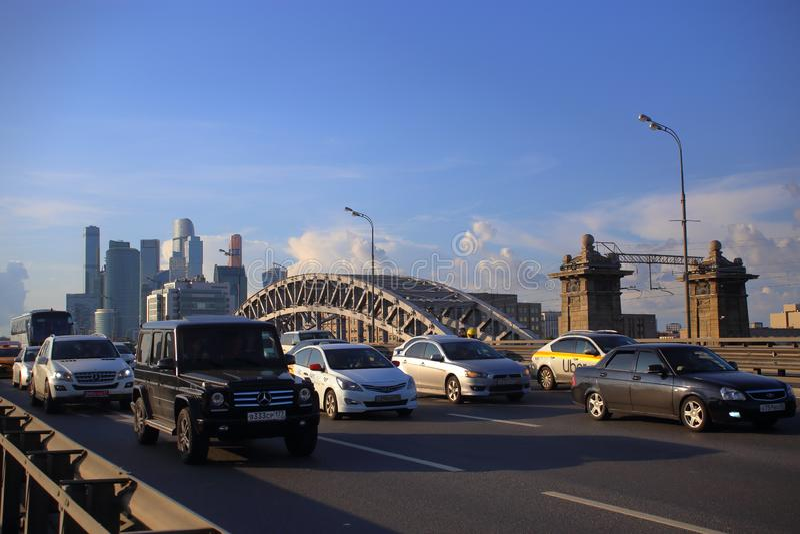 Den tredje transportcirkeln på den Berezhkovsky bron arkivbild