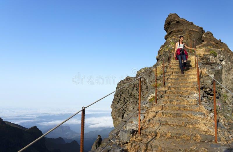 Den trekking banan för det slingriga berget på Pico gör Areeiro, madeiran, Portugal arkivbild