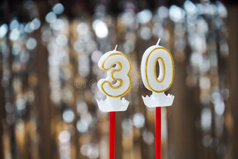 Den trettionde stearinljuset på en kaka firar årsdagpartiet arkivbilder