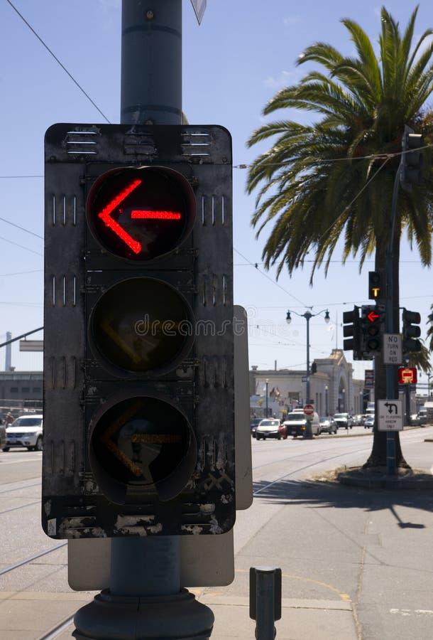 Den lämnade vändgatan signalerar trafikerar kontrollantapparaten den i stadens centrum staden royaltyfria bilder