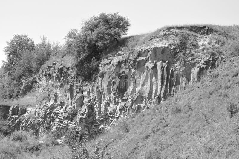 Den trevliga basaltet vaggar kolonnen är vulkanisk vaggar utlöpare i form av den columnar basaltet som lokaliseras i Racos, Rumän arkivfoton