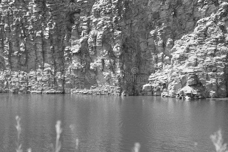Den trevliga basaltet vaggar kolonnen är vulkanisk vaggar utlöpare i form av den columnar basaltet som lokaliseras i Racos, Rumän royaltyfri fotografi