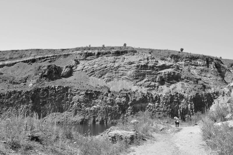 Den trevliga basaltet vaggar kolonnen är vulkanisk vaggar utlöpare i form av den columnar basaltet som lokaliseras i Racos, Rumän royaltyfria foton