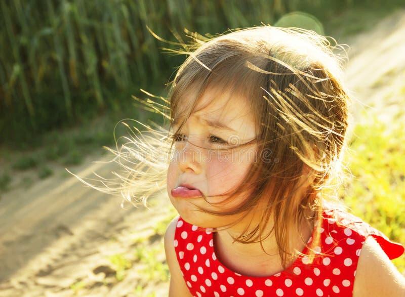 Den trevliga lilla ungen gråter utomhus royaltyfri bild