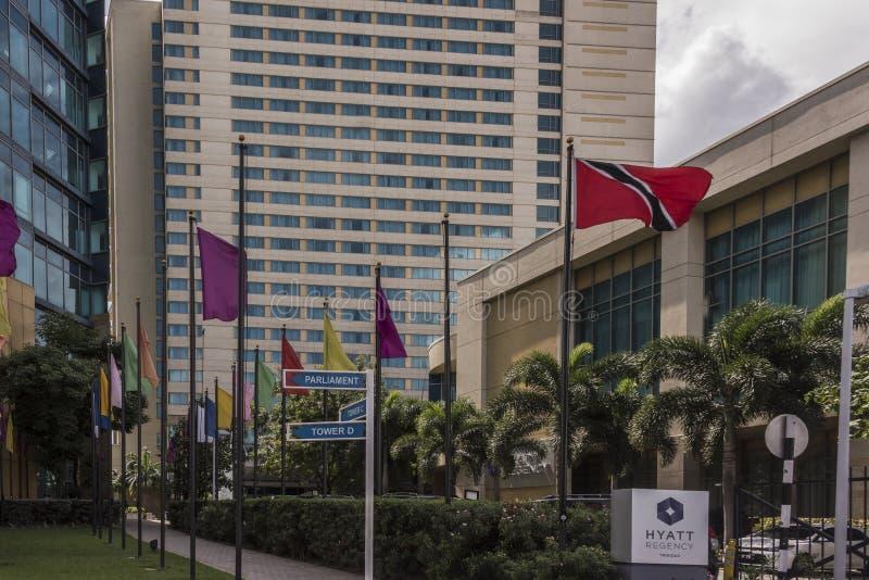 Den Trinidad och Tobago flaggan flyger proudly förutom parlamentbyggnaden i port - av - Spanien, Trinidad royaltyfria bilder