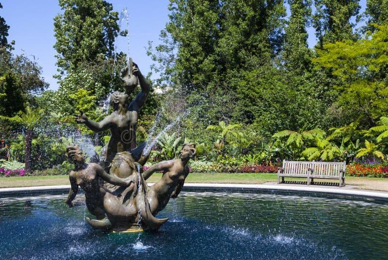 Den Triton springbrunnen i regenter parkerar royaltyfria foton